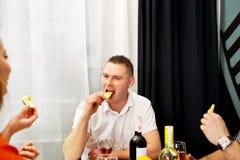 Γεύμα με τους φίλους στοκ φωτογραφία με δικαίωμα ελεύθερης χρήσης