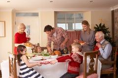 Γεύμα οικογενειακών εξυπηρετώντας Χριστουγέννων Στοκ εικόνα με δικαίωμα ελεύθερης χρήσης