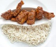 Γεύμα - πλευρά χοιρινού κρέατος με το ρύζι σε ένα πιάτο Στοκ Εικόνες