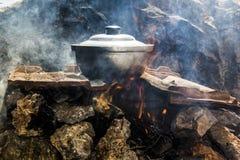 Γεύμα στην πυρκαγιά στρατοπέδευσης Στοκ φωτογραφία με δικαίωμα ελεύθερης χρήσης