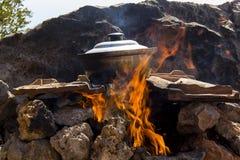 Γεύμα στην πυρκαγιά στρατοπέδευσης Στοκ φωτογραφίες με δικαίωμα ελεύθερης χρήσης
