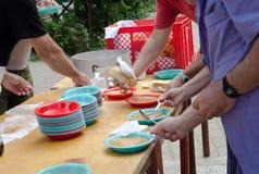 Γεύμα φασολιών στην οδό και τα πλαστικά πιάτα Στοκ Εικόνες