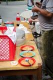Γεύμα φασολιών στην οδό και τα πλαστικά πιάτα Στοκ φωτογραφίες με δικαίωμα ελεύθερης χρήσης