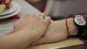 Γεύμα 2 χεριών ζεύγους ρομαντικό σε διαθεσιμότητα απόθεμα βίντεο