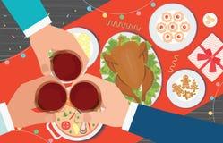 Γεύμα Χριστουγέννων και κατανάλωση των εύγευστων τροφίμων στον πίνακα Στοκ Φωτογραφίες