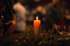 Γεύμα Χριστουγέννων με ένα καίγοντας κερί στη μέση και bokeh Στοκ φωτογραφία με δικαίωμα ελεύθερης χρήσης