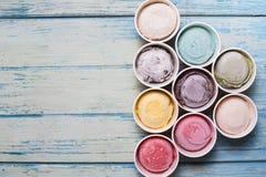 Γεύσεις παγωτού στο φλυτζάνι στο ξύλινο υπόβαθρο στοκ εικόνα