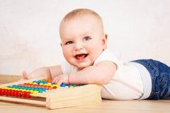 Γελώντας λίγο μικρό παιδί που παίζει με τον άβακα Στοκ φωτογραφία με δικαίωμα ελεύθερης χρήσης
