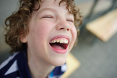 Γελώντας αγόρι διασκέδασης Στοκ φωτογραφία με δικαίωμα ελεύθερης χρήσης
