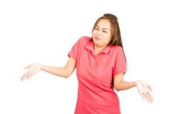 Γελώντας ασιατική γυναίκα που απαξιεί τους ώμους στοκ φωτογραφία με δικαίωμα ελεύθερης χρήσης