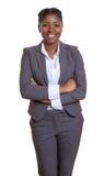 Γελώντας αφρικανική επιχειρηματίας με τα διασχισμένα όπλα Στοκ εικόνα με δικαίωμα ελεύθερης χρήσης
