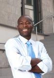 Γελώντας αφρικανικός επιχειρηματίας με τα διασχισμένα όπλα στα σκαλοπάτια Στοκ φωτογραφίες με δικαίωμα ελεύθερης χρήσης
