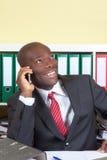 Γελώντας αφρικανικός επιχειρηματίας στο τηλέφωνο Στοκ Φωτογραφίες