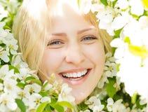 Γελώντας γυναίκα κινηματογραφήσεων σε πρώτο πλάνο μεταξύ του δέντρου ανθών στοκ φωτογραφία με δικαίωμα ελεύθερης χρήσης
