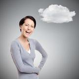 Γελώντας γυναίκα με τα χέρια στα ισχία με το σύννεφο στοκ εικόνα
