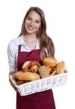 Γελώντας γυναίκα με τους ρόλους ψωμιού από το αρτοποιείο Στοκ φωτογραφίες με δικαίωμα ελεύθερης χρήσης