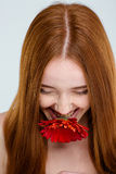 Γελώντας γυναίκα με το λουλούδι στοκ φωτογραφία με δικαίωμα ελεύθερης χρήσης