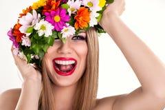 Γελώντας γυναίκα με το στεφάνι λουλουδιών Στοκ εικόνες με δικαίωμα ελεύθερης χρήσης