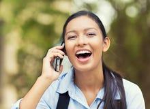 Γελώντας γυναίκα που μιλά σε ένα τηλέφωνο Στοκ Φωτογραφία