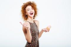 Γελώντας γυναίκα που τρώει το κέικ Στοκ φωτογραφίες με δικαίωμα ελεύθερης χρήσης