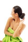 Γελώντας γυναίκα που τυλίγεται στην πετσέτα Στοκ Εικόνες