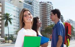 Γελώντας γυναίκα σπουδαστής με δύο φίλους Στοκ Φωτογραφία