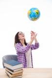 Γελώντας γυναίκα σπουδαστής που ρίχνει τη σφαίρα στον αέρα στοκ φωτογραφίες
