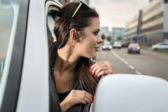 Γελώντας γυναίκα στο αυτοκίνητο Στοκ Εικόνες