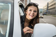 Γελώντας γυναίκα στο αυτοκίνητο Στοκ φωτογραφίες με δικαίωμα ελεύθερης χρήσης