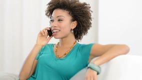Γελώντας γυναίκα στο κινητό τηλέφωνο απόθεμα βίντεο