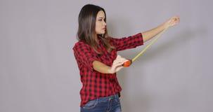 Γελώντας γυναίκα DIY που κρατά ψηλά ένα μέτρο ταινιών φιλμ μικρού μήκους