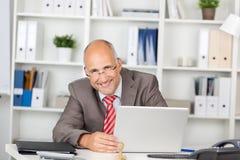 Γελώντας επιχειρηματίας με το lap-top Στοκ φωτογραφίες με δικαίωμα ελεύθερης χρήσης