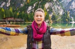Γελώντας και χαμογελώντας γυναίκα που παίρνει selfie στη λίμνη Bries στοκ φωτογραφία με δικαίωμα ελεύθερης χρήσης