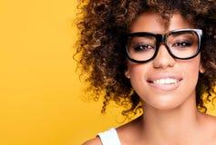 Γελώντας κορίτσι αφροαμερικάνων με το afro Στοκ Φωτογραφία