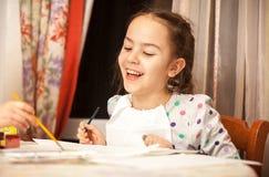 Γελώντας κορίτσι που επισύρει την προσοχή στον καμβά Στοκ Εικόνες