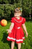 Γελώντας κορίτσι που ρίχνει επάνω redapples στοκ εικόνα με δικαίωμα ελεύθερης χρήσης