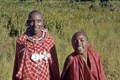Γελώντας μητέρα Maasai πορτρέτου ομάδας με το γιο Στοκ Εικόνες