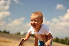 γελώντας μικρό παιδί Στοκ φωτογραφία με δικαίωμα ελεύθερης χρήσης