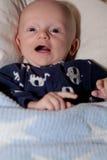 Γελώντας μωρό με τα μεγάλα μπλε μάτια Στοκ Εικόνες
