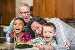 Γελώντας οικογένεια με ομοφυλοφιλικό Dads στην κουζίνα στοκ φωτογραφία με δικαίωμα ελεύθερης χρήσης