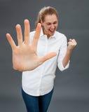 Γελώντας όμορφο κορίτσι που διεγείρεται να αρπάξει ή να σταματήσει κάτι προς τα εμπρός Στοκ Φωτογραφία