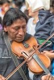 Γηγενές άτομο που παίζει το βιολί σε Cotacachi Ισημερινός Στοκ Εικόνα
