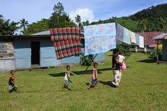 Γηγενής γυναίκα Fijian και τα παιδιά της σε ένα τοπικό χωριό Φίτζι στοκ φωτογραφία με δικαίωμα ελεύθερης χρήσης