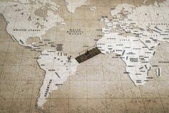 Γηραιές ξύλινες διαγώνιες δύο ήπειροι γεφυρών με δύο μικρογραφίες στον παγκόσμιο χάρτη στοκ φωτογραφία
