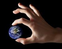 Γη μεταξύ των δάχτυλων Στοκ εικόνα με δικαίωμα ελεύθερης χρήσης