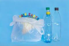 ΓΗ SAVE επιγραφής, πλαστικά μπουκάλια, αφηρημένη γη στο polye στοκ εικόνα με δικαίωμα ελεύθερης χρήσης