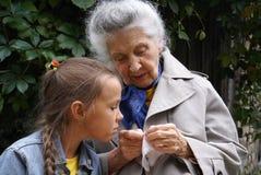 γιαγιά εγγονών αυτή Στοκ Φωτογραφία