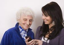 γιαγιά η τηλεφωνική εμφάνι&s Στοκ φωτογραφίες με δικαίωμα ελεύθερης χρήσης