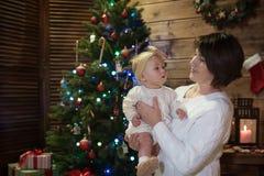 Γιαγιά και εγγονή στα Χριστούγεννα στοκ εικόνα με δικαίωμα ελεύθερης χρήσης