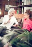 Γιαγιά και κορίτσι που έχουν πολλή διασκέδαση κάνοντας την εργασία από κοινού στοκ εικόνα με δικαίωμα ελεύθερης χρήσης